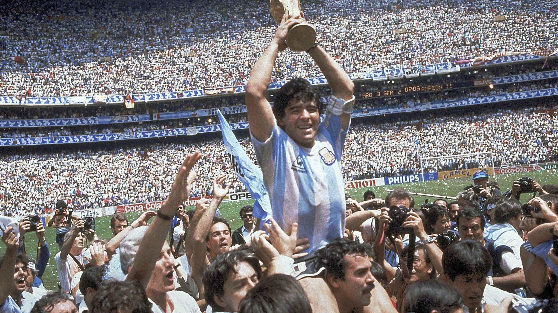 Диего Марадона после победы сборной Аргентины в финальном матче со сборной Германии в рамках ЧМ1986 в Мексике - Sputnik Italia, 1920, 17.06.2021