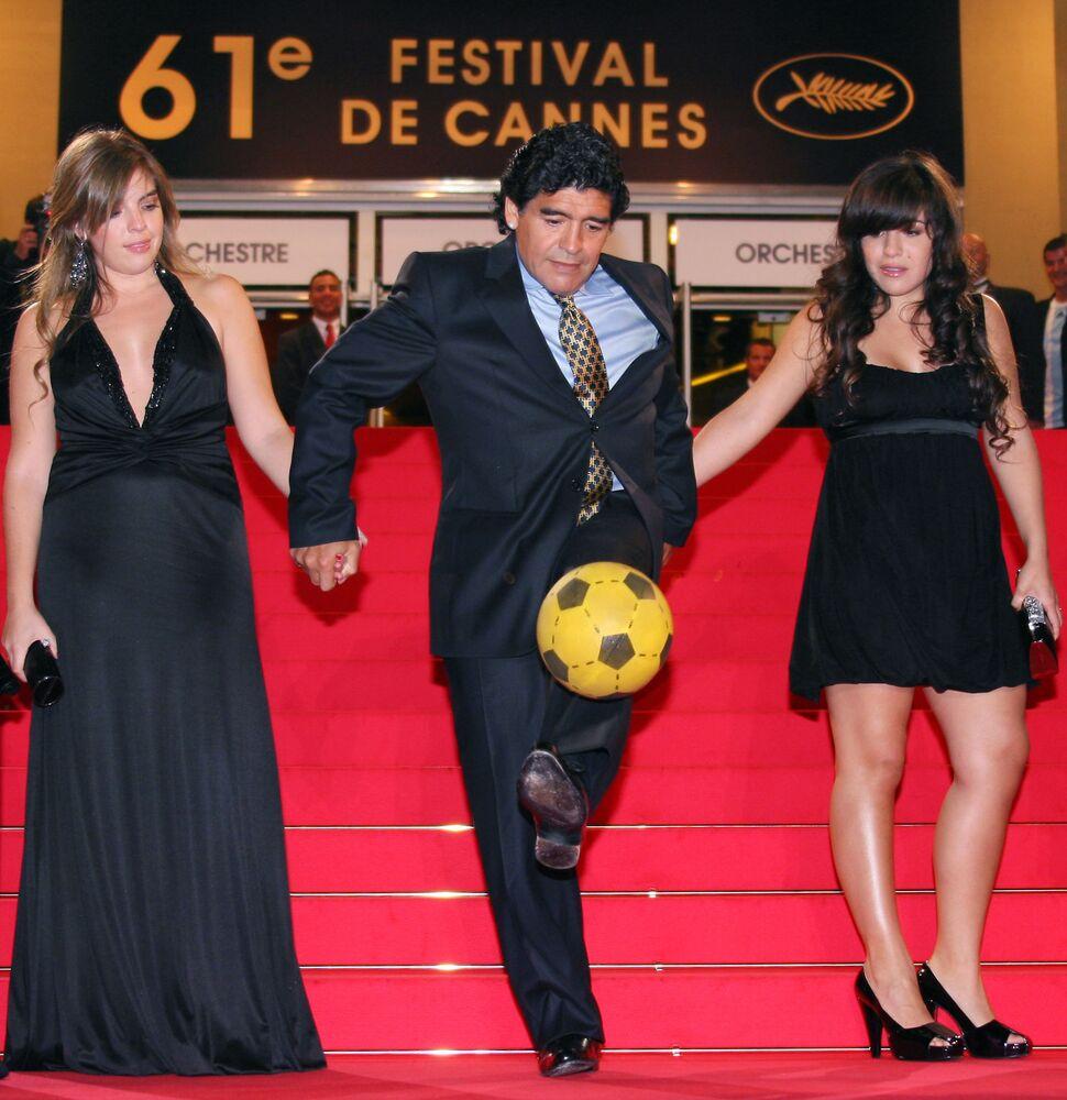 Diego Maradona con le sue figlie sul red carpet del 61° Festival di Cannes, 2008