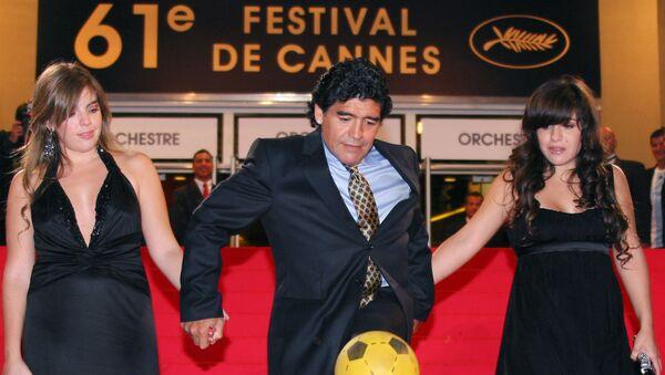 Диего Марадона с дочерьми на красной дорожке 61-го Каннского кинофестиваля перед премьерой фильма документального Марадона в Каннах, 2008 год - Sputnik Italia