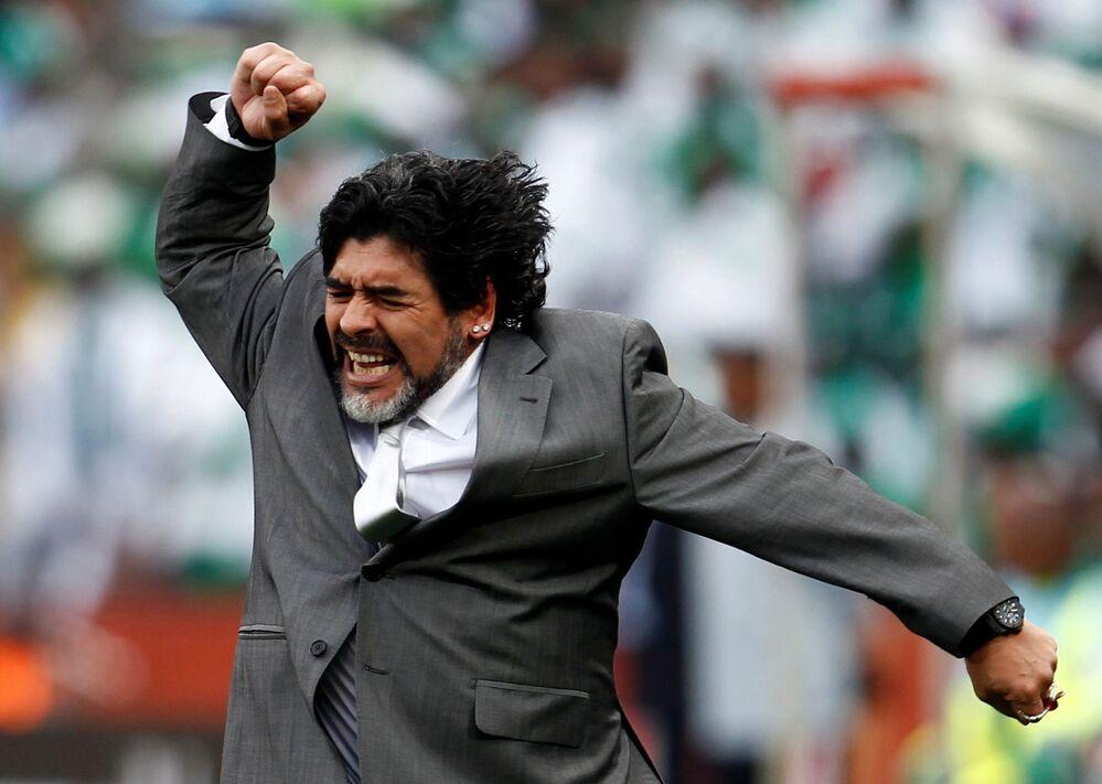 L'allenatore di calcio Diego Maradona celebra il gol della sua squadra contro la Nigeria ai Mondiali 2010