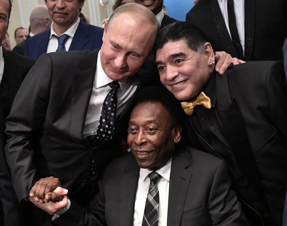 Il presidente russo Vladimir Putin, il calciatore brasiliano Pelé e il calciatore argentino Diego Maradona al sorteggio per la Coppa del Mondo FIFA 2018 in Russia