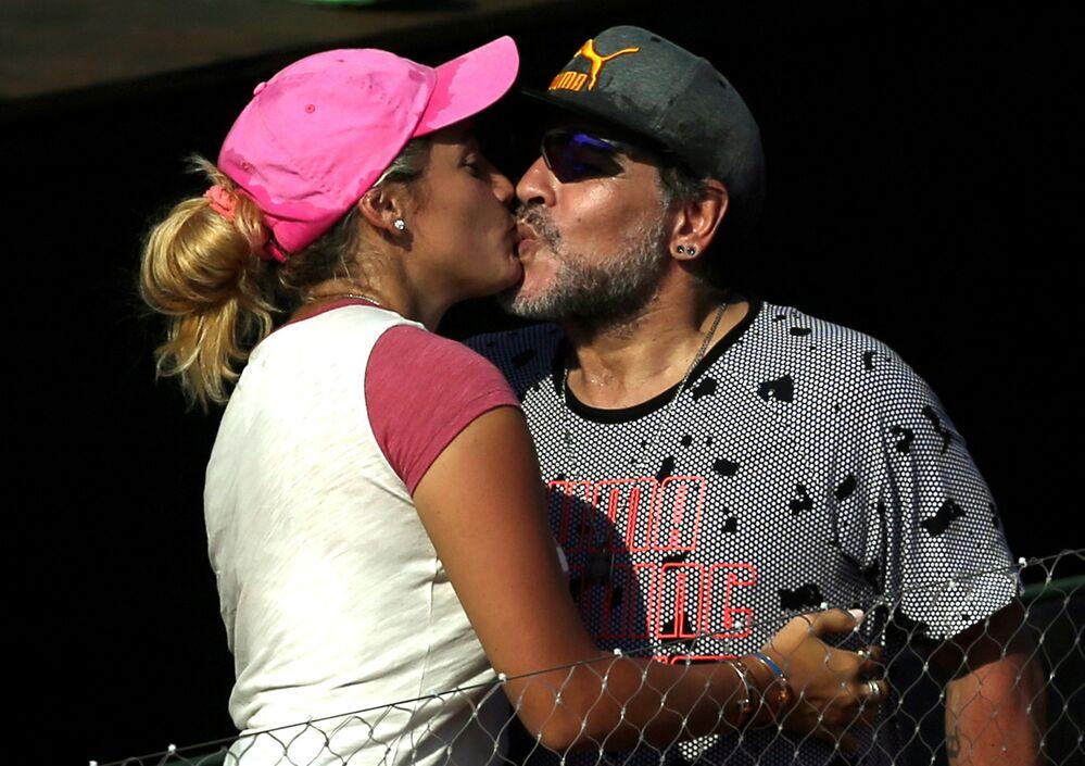 La leggenda del calcio Diego Maradona con la sua ragazza, 2017