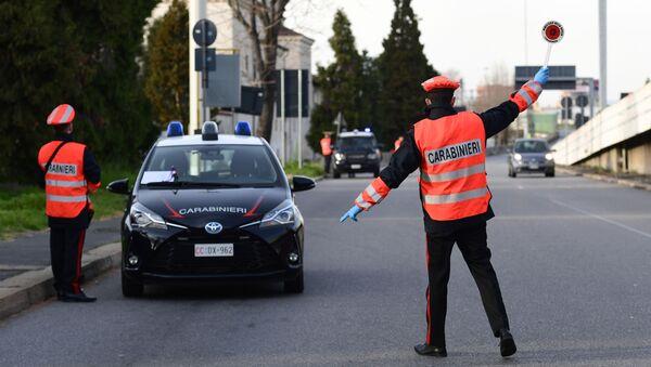 I carabinieri italiani fermano un'auto per controllare i documenti a Milano, Italia - Sputnik Italia