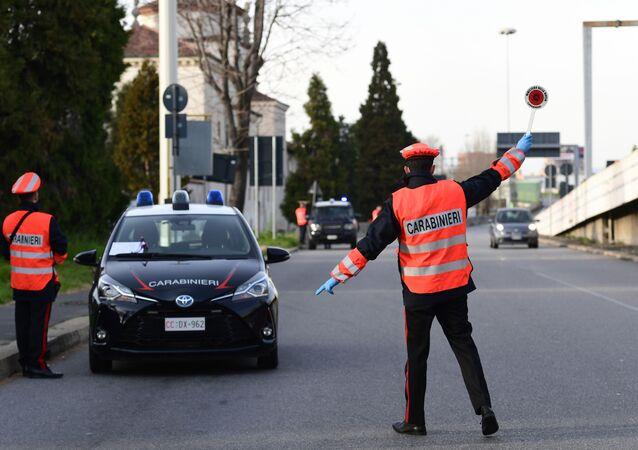 I carabinieri italiani fermano un'auto per controllare i documenti a Milano, Italia