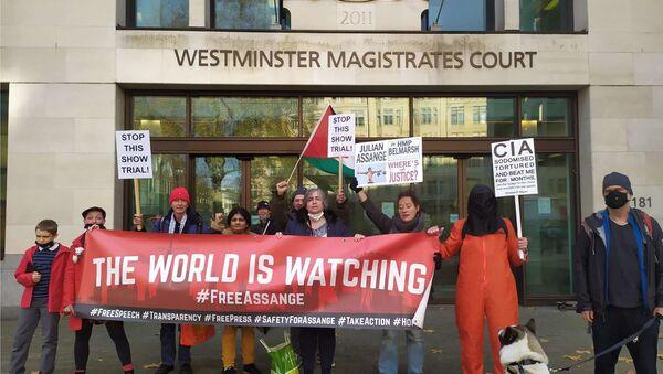 Supporters of Julian Assange outside Westminster Magistrates' Court 26 November 2020 - Sputnik Italia