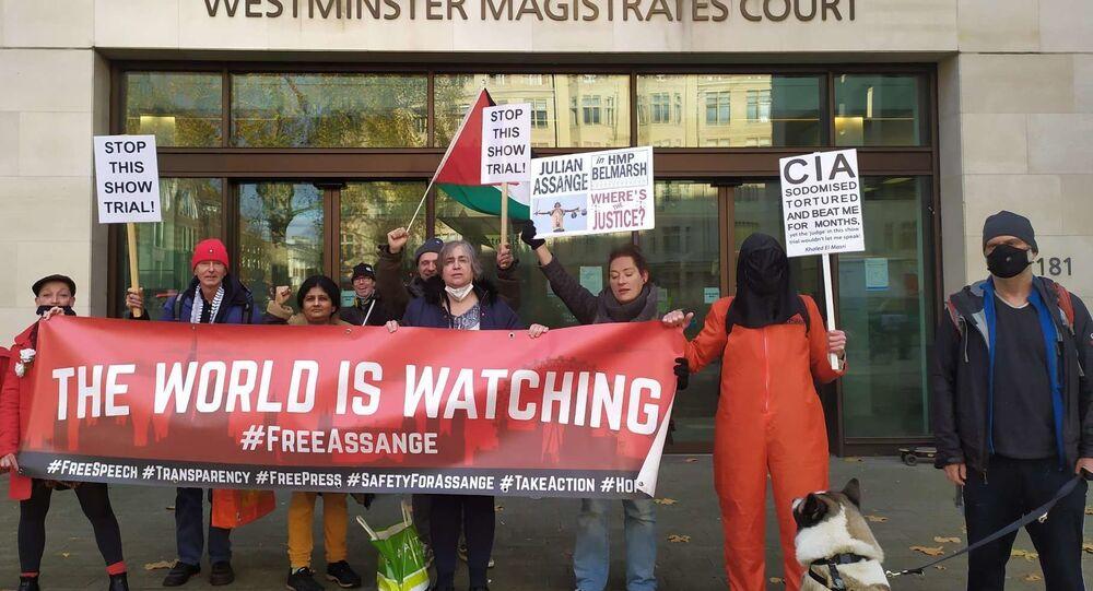 Sostenitori di Assange protestano davanti la Corte di Westminster