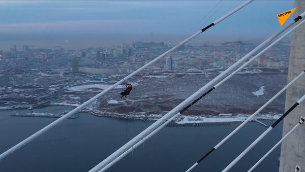 Russia, ogni giorno alpinisti tolgono a mano 90 tonnellate di ghiaccio da questo ponte - Sputnik Italia