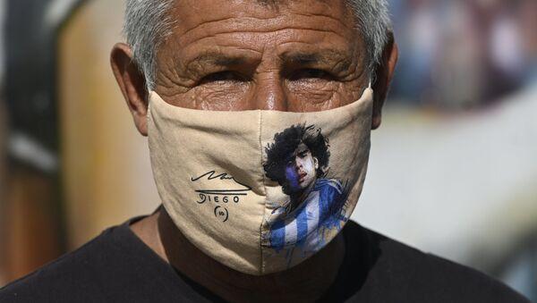 Uomo con la mascherina di Maradona - Sputnik Italia