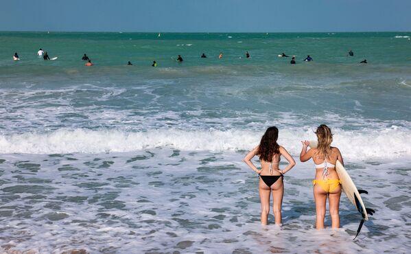 Ragazze sulla spiaggia dell'hotel Burj al-Arab di Dubai - Sputnik Italia