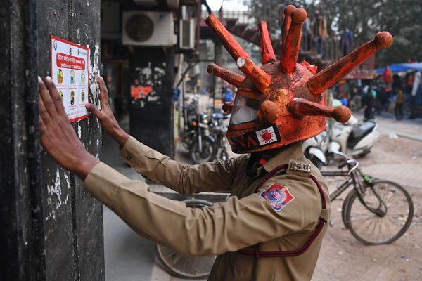 Un volontario della Protezione Civile che indossa un casco Covid-19 a Nuova Delhi, India - Sputnik Italia