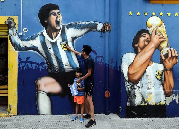 Un tifoso con suo figlio rendono omaggio a Diego Maradona in Argentina - Sputnik Italia