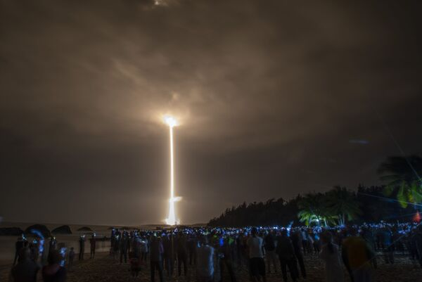Il razzo March-5 Y5 con sonda lunare Chang'e-5 decolla dal Cosmodromo di Wenchang, Cina - Sputnik Italia