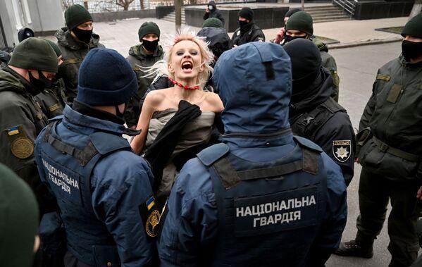 Gli agenti di polizia arrestano un'attivista del movimento Femen a Kiev - Sputnik Italia