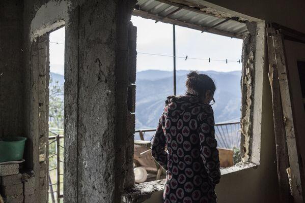 Una donna in una casa nel villaggio di Karegakh nel Nagorno-Karabakh - Sputnik Italia
