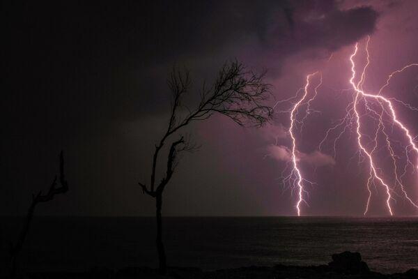 I fulmini al largo della costa della città mediterranea di Batroun, nel nord del Libano, il 25 novembre 2020 - Sputnik Italia