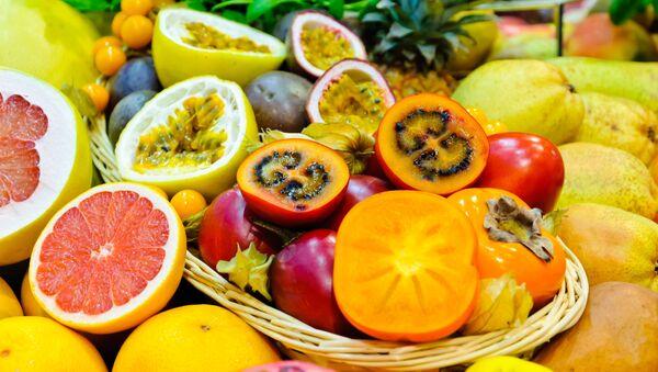 Корзина со свежими экзотическими фруктами - Sputnik Italia