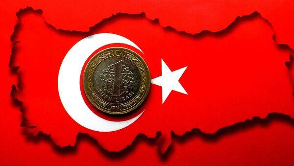 Una lira en la bandera de Turquía - Sputnik Italia