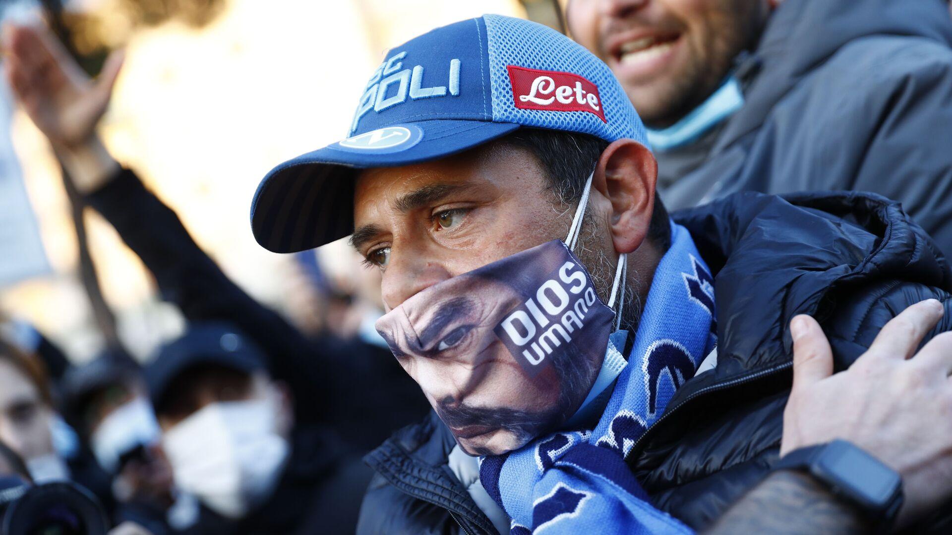 Un tifoso del Napoli venuto a onorare la memoria di Diego Maradona - Sputnik Italia, 1920, 27.05.2021