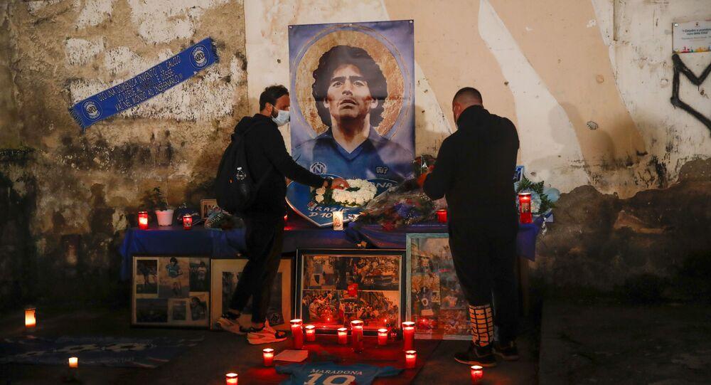 Le persone accendono le candele per onorare la memoria di Diego Maradona in Quartieri Spagnoli di Napoli