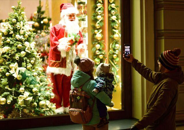 Le persone stanno fotografando Babbo Natale a Mosca