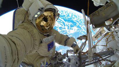 Astronauta di Roscosmos Sergey Kud-Sverchkov fa una missione nello spazio.
