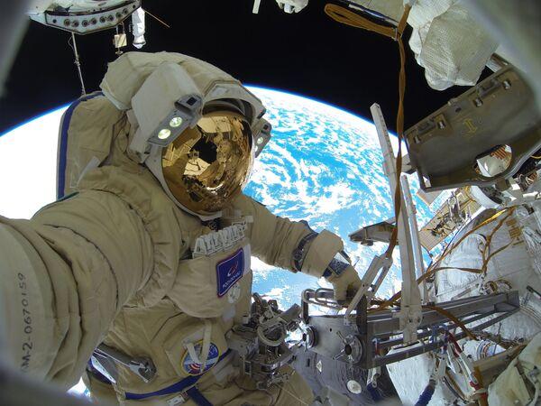Astronauta di Roscosmos Sergey Kud-Sverchkov fa una missione nello spazio.  - Sputnik Italia