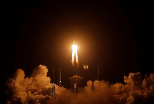 Il lancio del razzo Long March-5 Y5 con sonda Chang'e-5 dal centro spaziale di Wenchang (Cina).  - Sputnik Italia