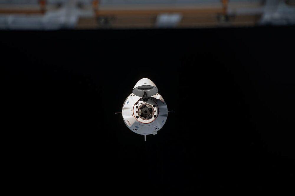 La navicella spaziale Crew Dragon sta per attraccare la Stazione Spaziale Internazionale.