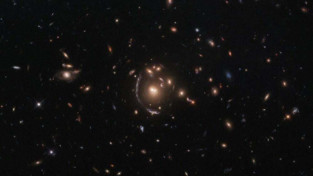 Un'immagine della galassia LRG-3-817 a forma di arco fatta con il telescopio Hubble.