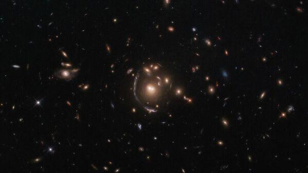 Un'immagine della galassia LRG-3-817 a forma di arco fatta con il telescopio Hubble.  - Sputnik Italia