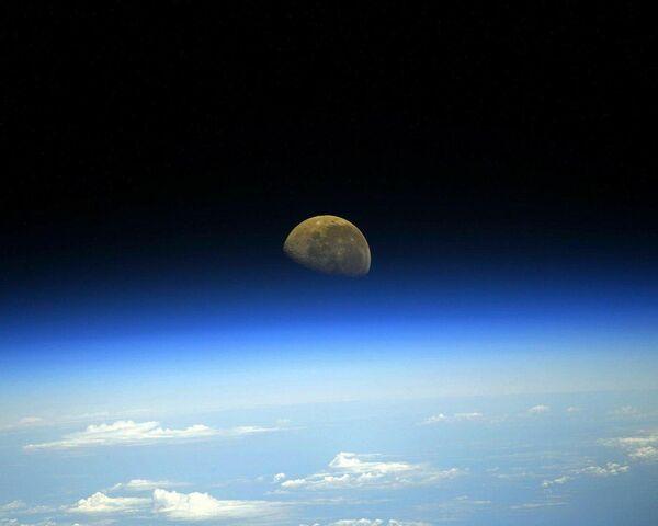 Una foto della luna fatta dalla Stazione Spaziale Internazionale.  - Sputnik Italia