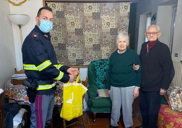 Giuseppe, poliziotto della Stradale di Bellano (LC),  ha adottato come suoi nonni due pensionati