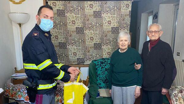 Giuseppe, poliziotto della Stradale di Bellano (LC),  ha adottato come suoi nonni due pensionati  - Sputnik Italia