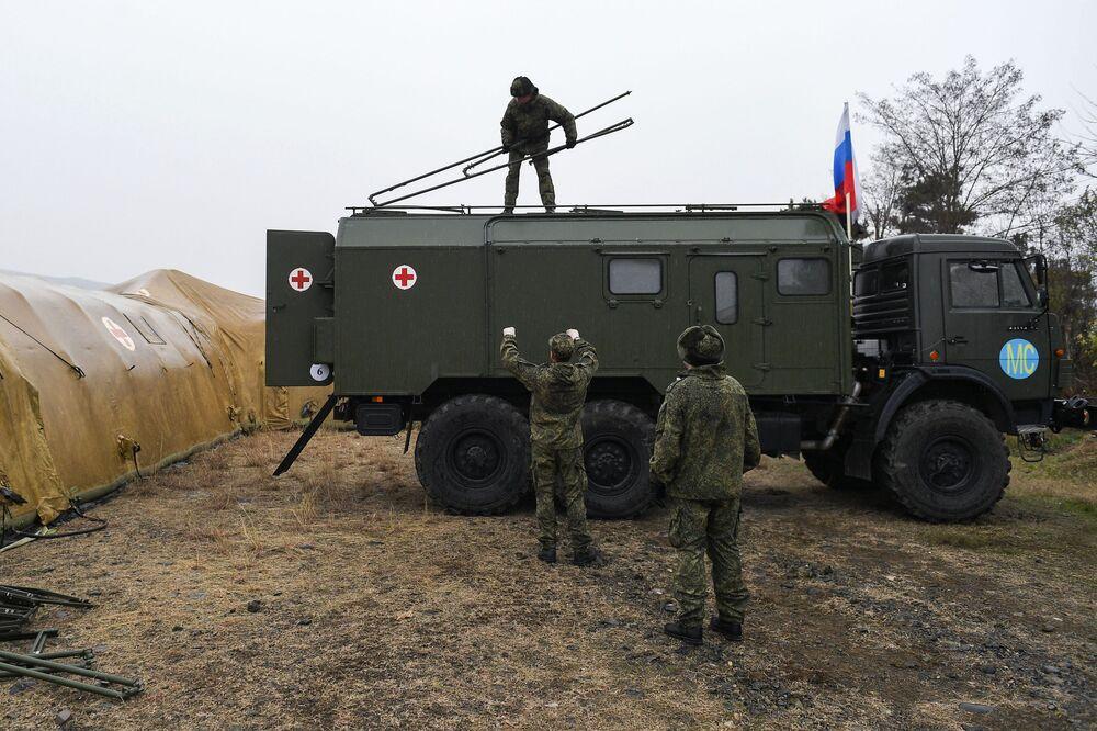 I militari russi scaricano l'attrezzatura in un ospedale da campo mobile vicino a Stepanakert