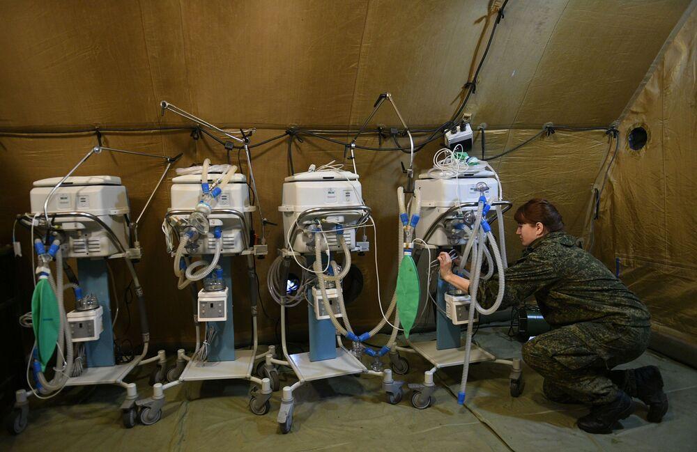 I militari russi stanno allestendo apparecchiature in un ospedale da campo mobile vicino a Stepanakert