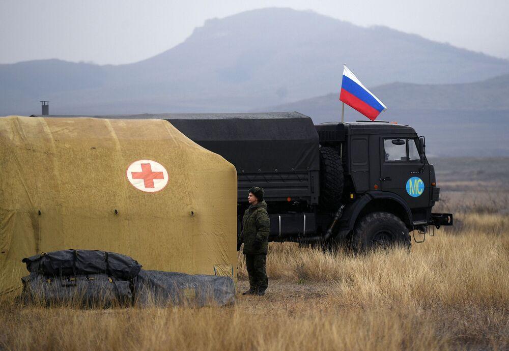 Militare russa sul territorio di un ospedale da campo mobile vicino a Stepanakert