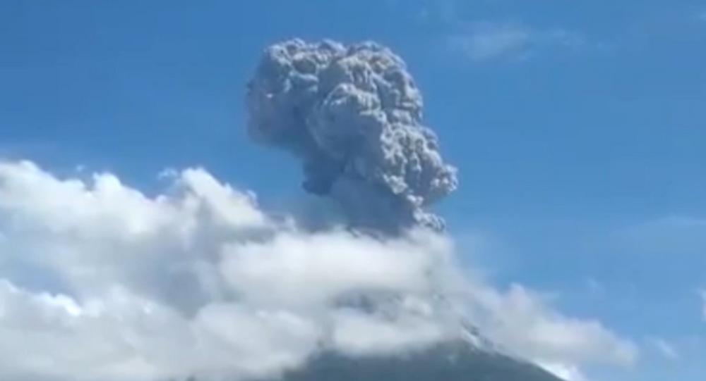 Migliaia di persone fuggono per eruzione del vulcano Lewotolok