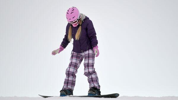 Ragazza sullo snowboard, sci, sciare - Sputnik Italia