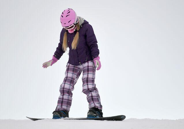 Ragazza sullo snowboard, sci, sciare