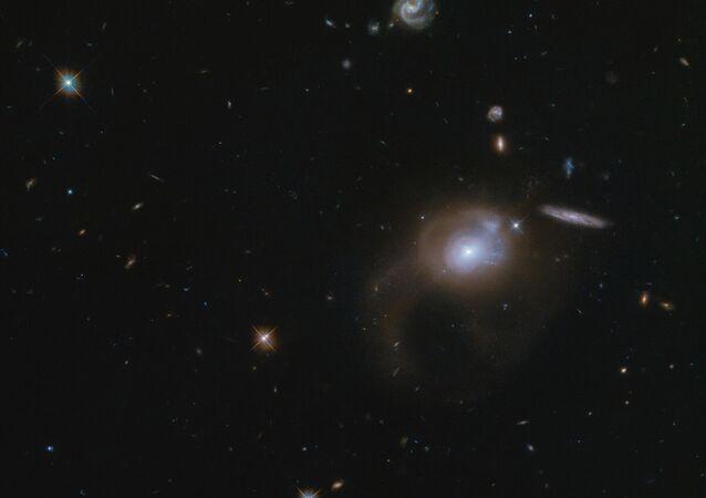Hubble fotografa la galassia SDSSJ225506.80 + 005839.9