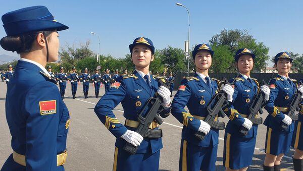 Soldatesse cinesi alla Parata per i 70 anni della Repubblica Popolare Cinese - Sputnik Italia