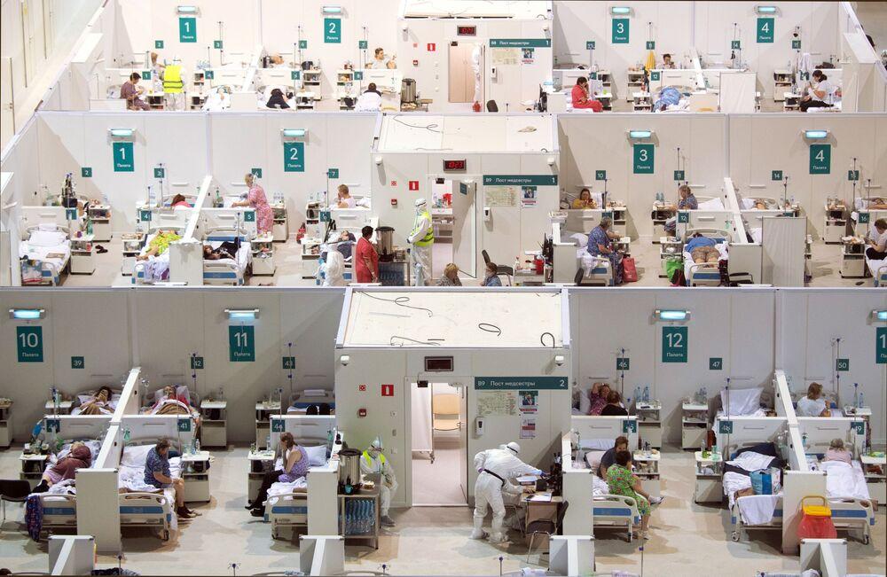 Un ospedale temporaneo per i pazienti con il Covid-19 organizzato nel palazzo di ghiaccio Krylatskoye a Mosca.
