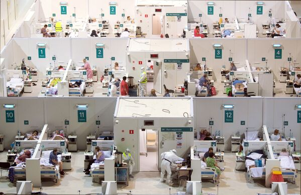 Un ospedale temporaneo per i pazienti con il Covid-19 organizzato nel palazzo di ghiaccio Krylatskoye a Mosca.  - Sputnik Italia