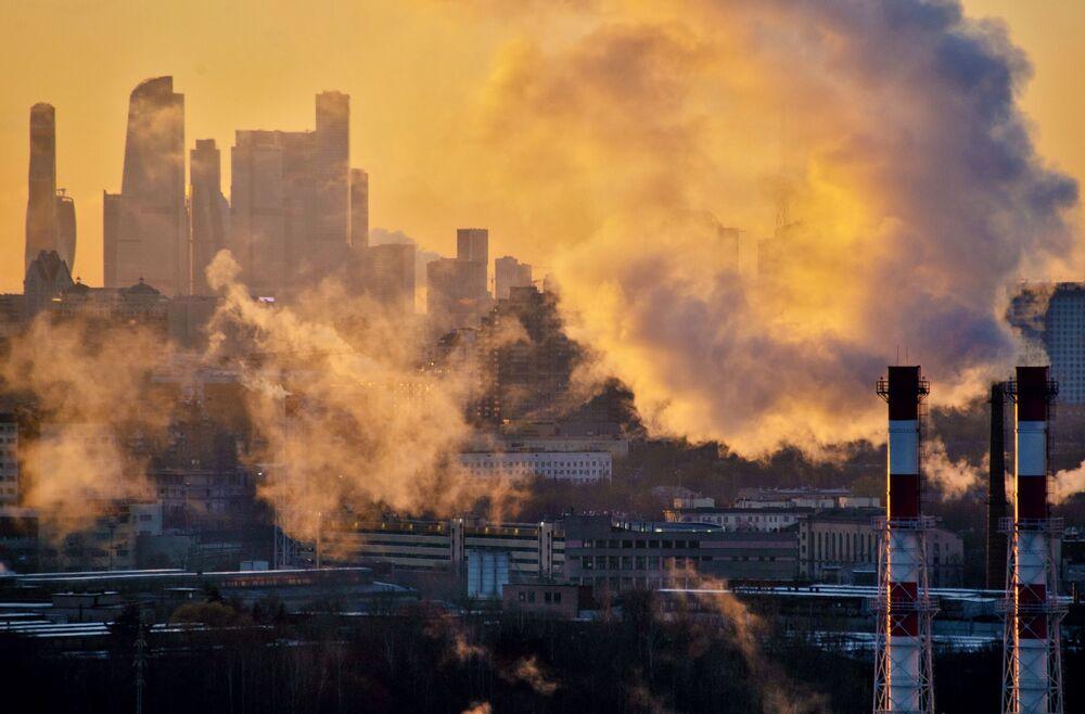 La centrale termica sullo sfondo del business center Moscow City a Mosca.