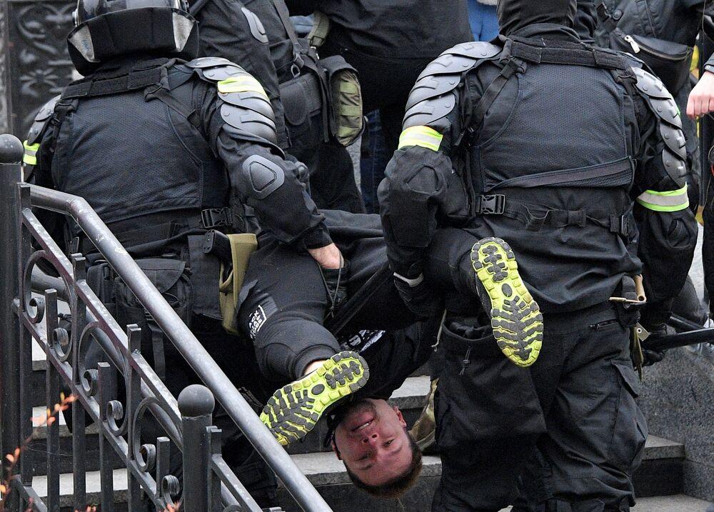Un partecipante alla manifestazione non autorizzata La marcia del dominio del popolo viene arrestato dagli agenti di polizia a Minsk, Bielorussia.