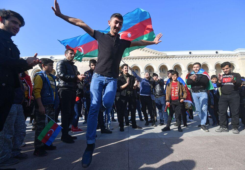 Le persone esprimono gioia per il cessate il fuoco in Nagorno-Karabakh.