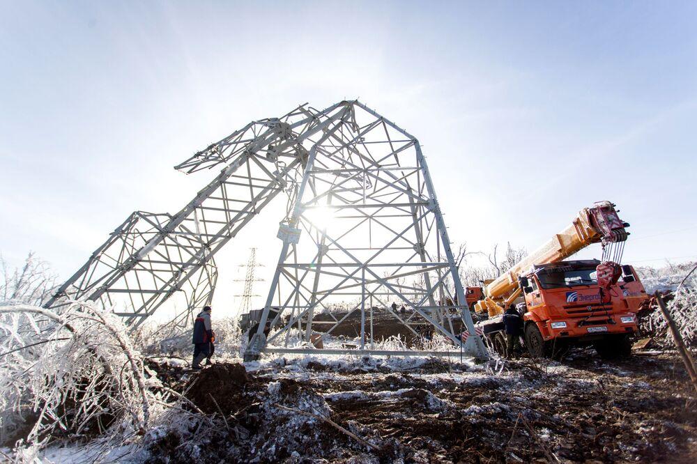 Smontaggio di un pilone della linea elettrica a Vladivostok (Estremo Oriente, Russia) dopo che la città è stata colpita da pioggia gelata.
