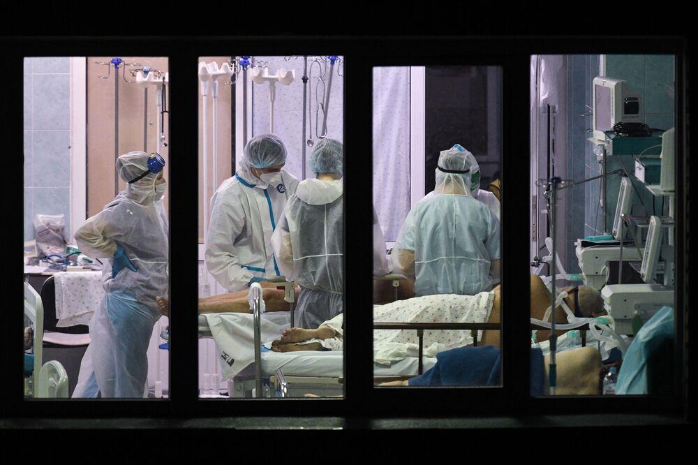 Gli operatori sanitari in un reparto di terapia intensiva di un ospedale a Novosibirsk, Russia.