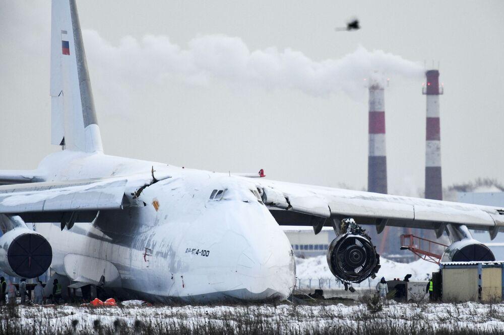 Un aereo cargo An-124 effettua un'atterraggio di emergenza all'aeroporto internazionale di Novosibirsk Tolmachevo (Russia).