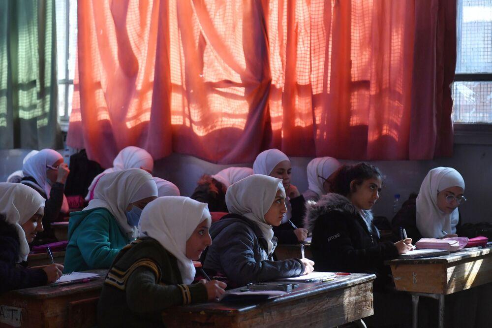 I bambini nella scuola Nabil Yunis di Damasco (Siria) durante una visita del Primo Vice Ministro dell'Istruzione della Federazione Russa Dmitry Glushko. La scuola è stata restaurata grazie al finanziamento della Russia.